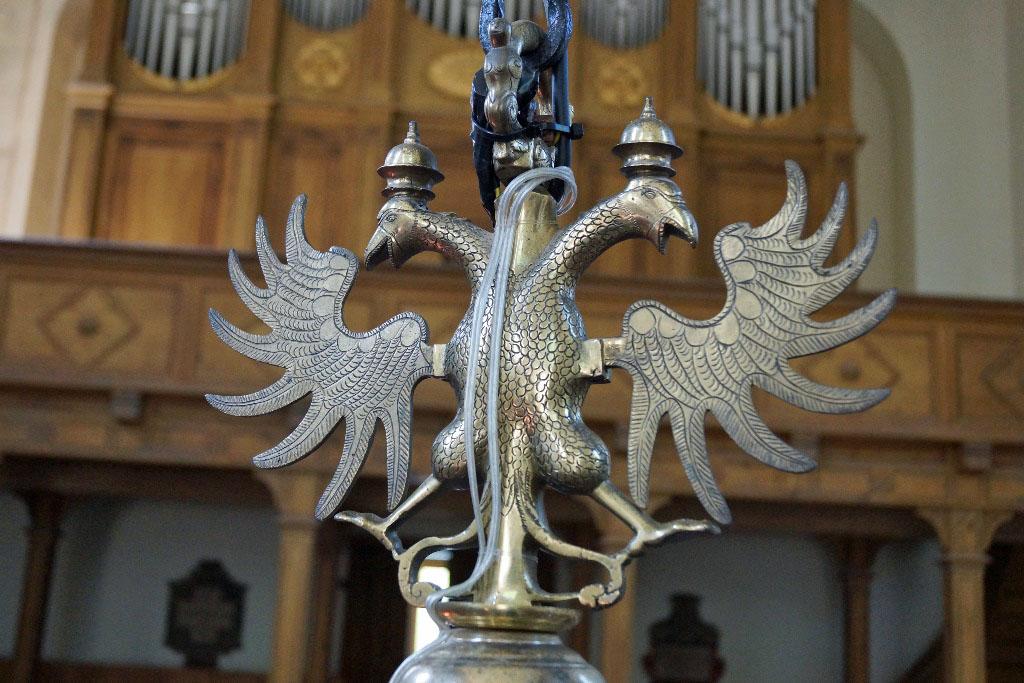 Die Aufhängung Des Kronleuchters Schmückt Ein Doppelköpfiger Adler. Im  Hintergrund Ist Die Buchholz Orgel Zu Sehen.